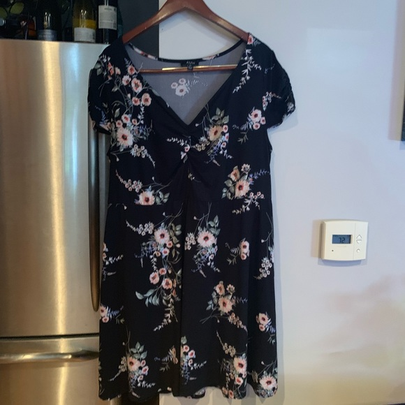 AUW Dresses & Skirts - AUW 2x dress. Good condition. Very flattering
